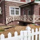 Терраса к дому с белыми ограждениями из ДПК 10